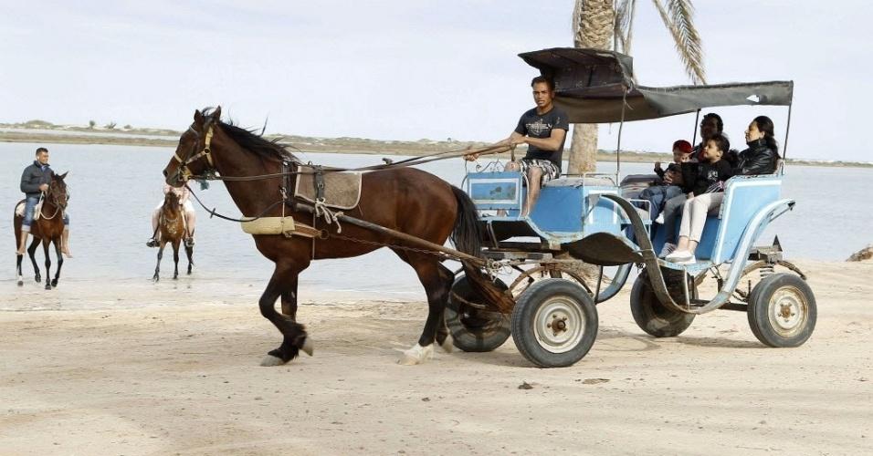 Turistas passeiam de carroça na ilha de Djerba, na Tunísia
