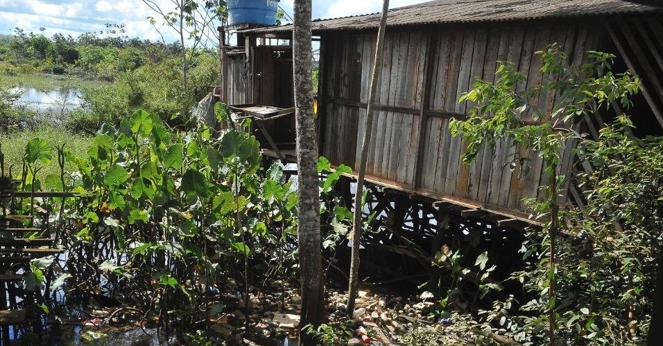 A falta de saneamento básico é característica em muitos locais de Altamira, no Pará
