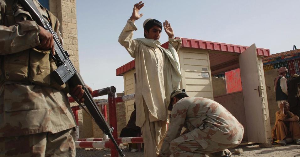 Agentes de segurança paquistaneses registram cidadãos que cruzam a fronteira com o Afeganistão no posto de Chaman, no Paquistão