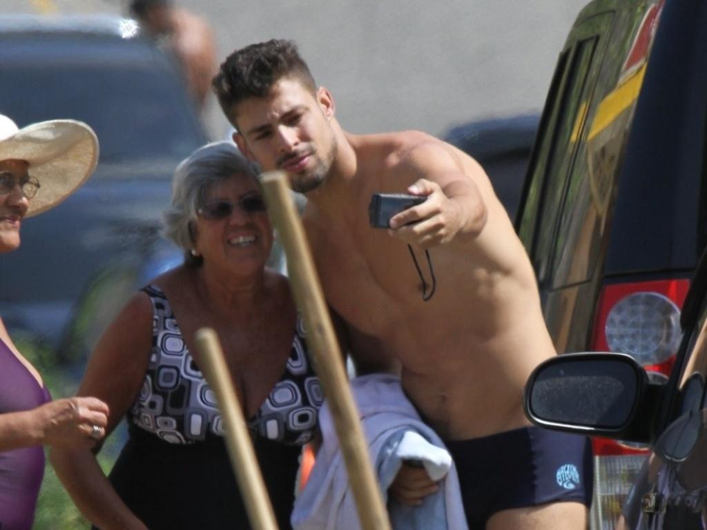 Após surfar, Cauã Reymond tira fotos com as fãs (18/4/2012)