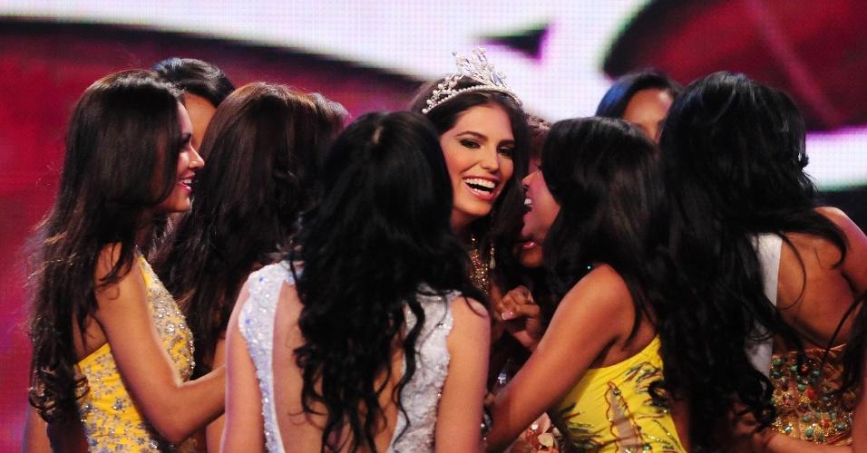 Carlina Duran, 25, comemora após vencer o concurso Miss Universo República Dominicana em Santo Domingo