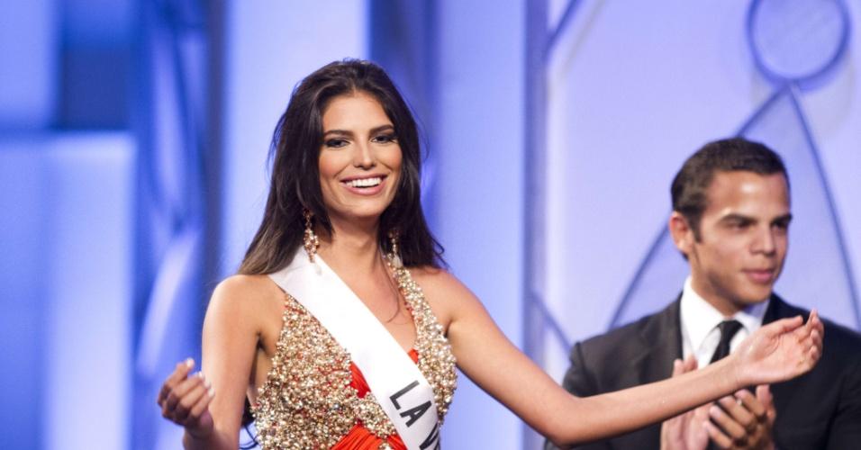 Carlina Duran, 25, sorri ao saber que será coroada Miss República Dominicana 2012 em Santo Domingo