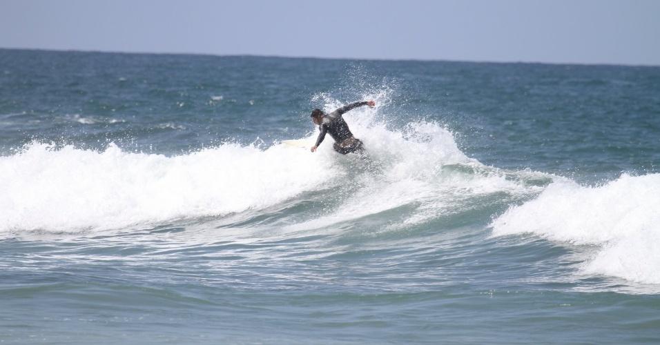 Cauã Reymond surfa na Prainha, praia localizada na zona oeste do Rio (18/4/2012). Cauã é casado com a atriz Grazi Massafera