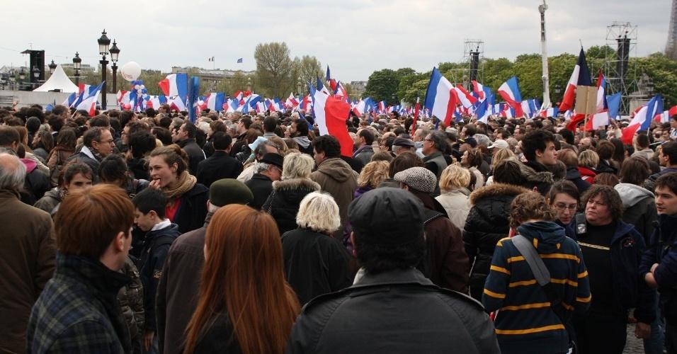 Comício do presidente da França e candidato à reeleição, Nicolas Sarkozy, reuniu no último domingo (15) na Place de la Concorde, em Paris, 120 mil pessoas, segundo dados do partido União por um Movimento Popular (UMP)
