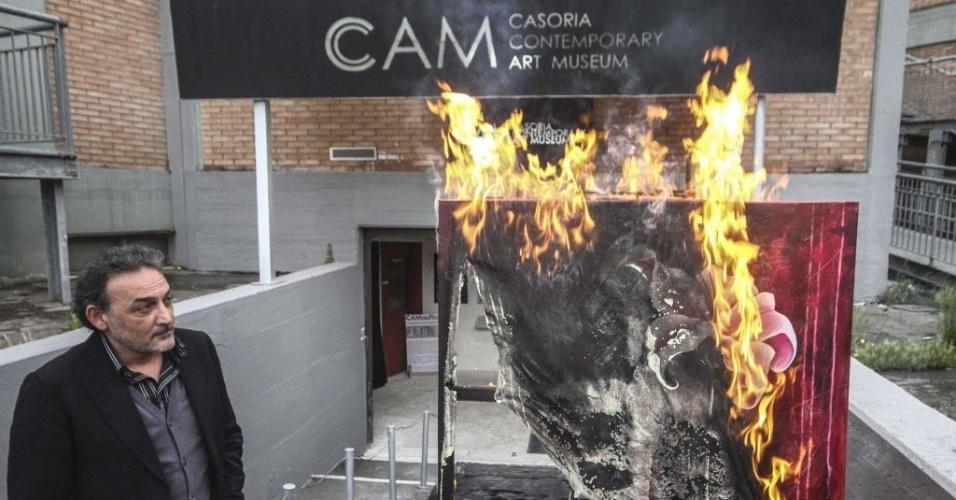 Diretor do Museu de Arte Contemporânea (CAM) de Caserta, em Nápoles (Itália), observa quadro do artista francês Serverine Bourguingnon. Manfredi afirma que queimará três pinturas por semana para protestar contra os cortes de verba do governo italiano a museus e galerias
