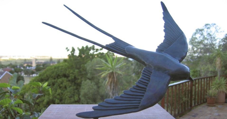 Escultura em bronze de andorinha azul feita por escultor sul-africano