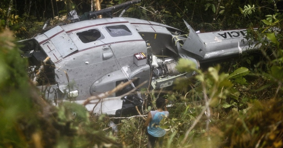 Foto de 17 de abril mostra destro&#231;os de helic&#243;ptero onde viajava a policial Nancy Flores, morta durante confronto a tiros com rebeldes da guerrilha mao&#237;sta Sendero Luminoso, na regi&#227;o de Cuzco, no Peru. Martin Quispe Palomino, l&#237;der do grupo, confessou &#224;s autoridades o envolvimento do Sendero no sequestro de 36 pessoas e assassinatos de quatro policiais