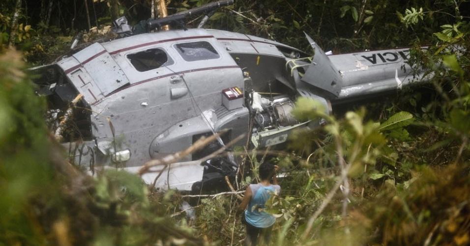 Foto de 17 de abril mostra destroços de helicóptero onde viajava a policial Nancy Flores, morta durante confronto a tiros com rebeldes da guerrilha maoísta Sendero Luminoso, na região de Cuzco, no Peru. Martin Quispe Palomino, líder do grupo, confessou às autoridades o envolvimento do Sendero no sequestro de 36 pessoas e assassinatos de quatro policiais