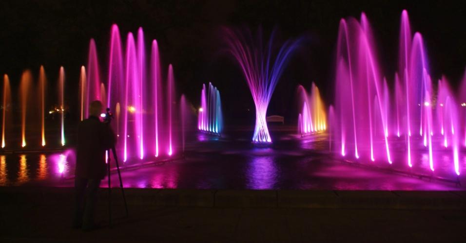 """Homem fotografa a instalação """"Dancing Water"""", que integra o festival de iluminação Luminale 2012 em Frankfurt, na Alemanha"""