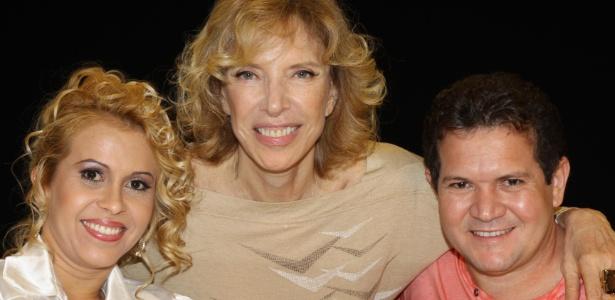 """Joelma (esq.) posa para foto com Marília Gabriela (centro) e o marido Chimbinha no """"De Frente com Gabi"""" (18/4/12)"""
