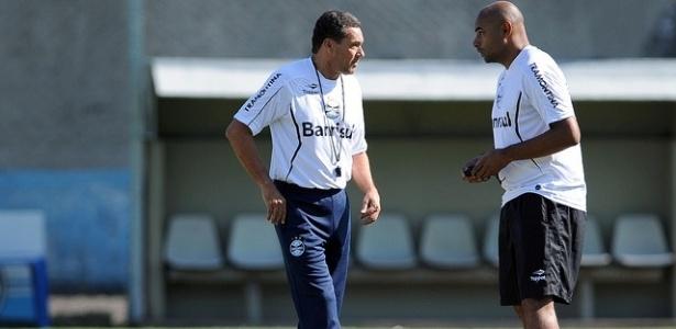Luxemburgo conversa com Émerson em treinamento do Grêmio (18/04/2012)
