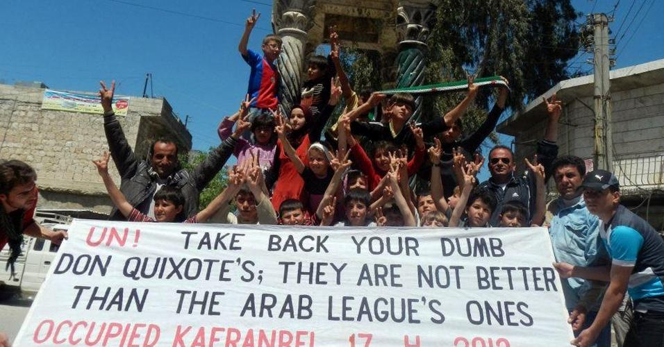 Manifestantes sírios fazem o sinal da vitória durante protesto anti-governo em Kfranabel, na Síria