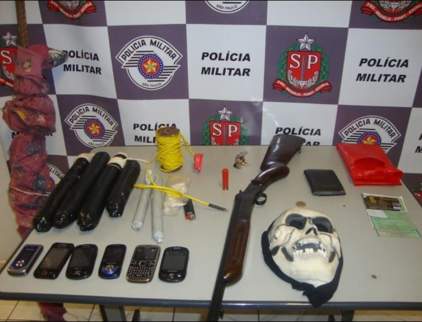 M&#225;scara, drogas e armas s&#227;o apreendidas pela Pol&#237;cia Militar 