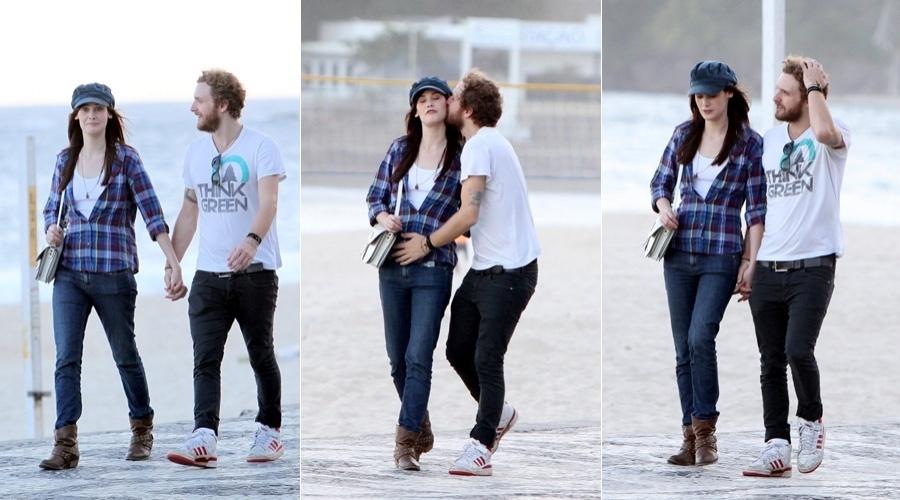 Mayana Moura caminha pela orla da praia do Leblon acompanhada do namorado (18/4/2012)