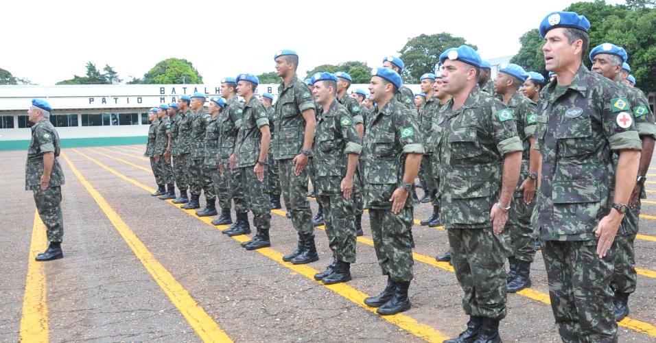 http://imguol.com/2012/04/18/militares-brasileiros-que-atuaram-na-missao-de-paz-da-onu-organizacao-das-nacoes-unidas-no-haiti-voltaram-para-brasilia-em-marco-de-2011-1334775502525_956x500.jpg