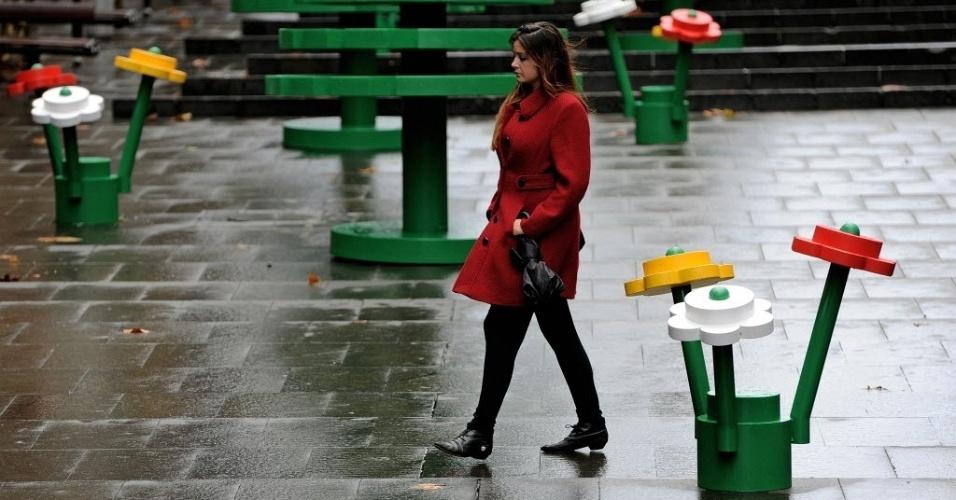 Mulher caminha por floresta gigante de Lego em Sydney, na Austrália. A invenção é da empresa Lego, para comemorar o 50º aniversário da marca na Austrália