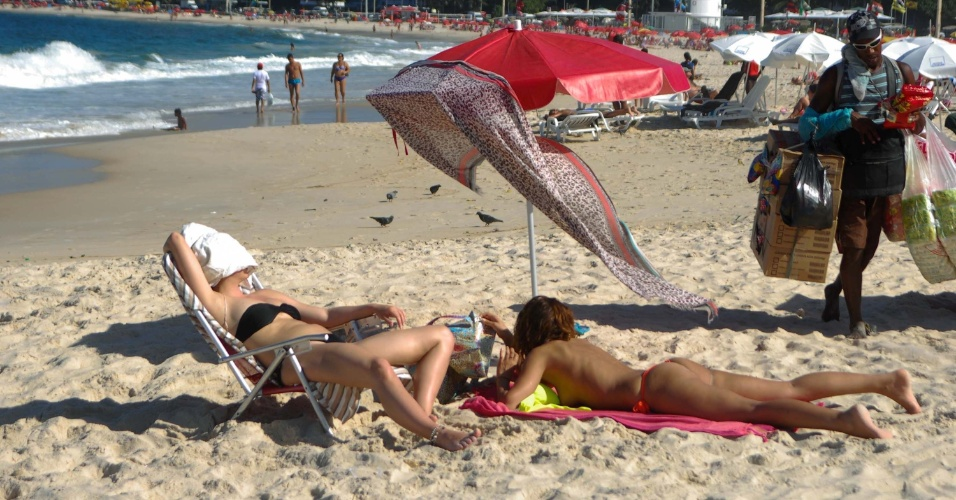 Mulheres aproveitam outono com cara de ver&#227;o em praia de Copacabana, zona sul do Rio de Janeiro