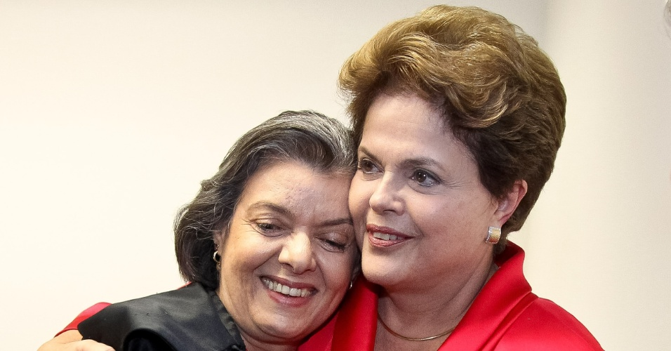 Presidente Dilma Rousseff abraça a misnitra Cármen Lúcia,recém-eleita presidente do Tribunal Superior Eleitoral (TSE), ao lado do ministro Marco Aurélio , vice-presidente do TSE