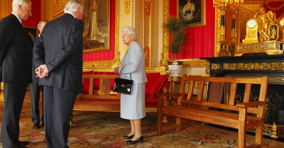 Rainha brit&#226;nica, Elizabeth II (centro), recebe convidados durante recep&#231;&#227;o no castelo de Windsor. Em comemora&#231;&#227;o ao jubileu de diamante da soberana, a Associa&#231;&#227;o dos Engenheiros presenteou a rainha com dois bancos de pra&#231;a