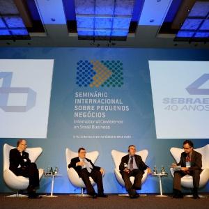 Paul Krugman, prêmio Nobel de economia (3º da esquerda para a direita), em seminário em SP