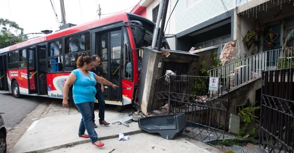 Um &#244;nibus el&#233;trico e um carro se envolveram em um acidente na Rua Nestor de Barros, no Tatuap&#233;, zona Leste de S&#227;o Paulo, na madrugada desta quarta-feira (19). Duas pessoas ficaram feridas