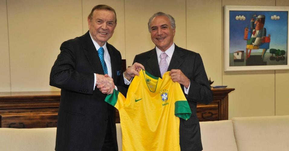 Vice-presidente, Michel Temer, é presenteado em Brasília com camisa da Seleção Brasileira pelo presidente da CBF, José Maria Marin