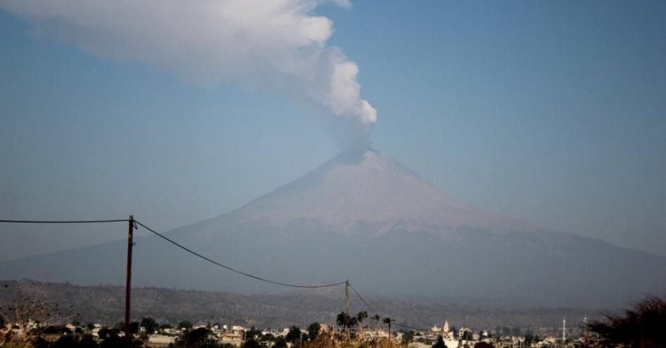Vista do vulcão Popocatepetl a partir da cidade de Santiago Xalitintla, no México. Segundo o Centro Nacional de Prevenção de Desastres, o vulcão apresentou explosões leves e moderadas e exalou cinzas durante a madrugada