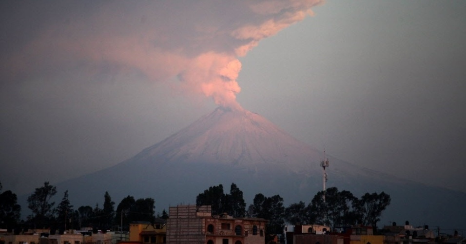 Vulc&#227;o Popocatepetl &#233; observado em Puebla, no M&#233;xico. De acordo com o Centro Nacional de Preven&#231;&#227;o de Desastres, o vulc&#227;o apresentou explos&#245;es leves e moderadas