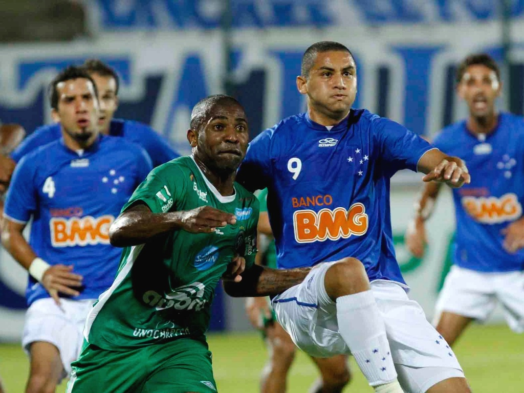 Wellington Paulista disputa a bola durante duelo entre Cruzeiro e Chapecoense (18/4/2012)