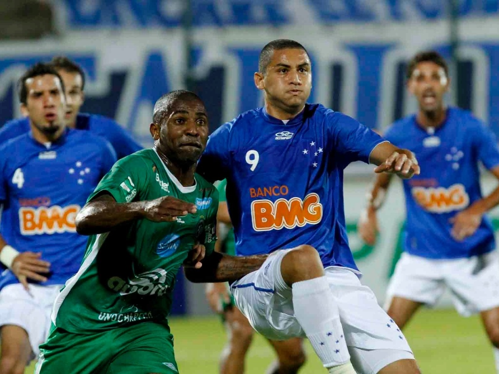 Wellington Paulista, do Cruzeiro, briga por posicionamento com o jogador da Chapecoense