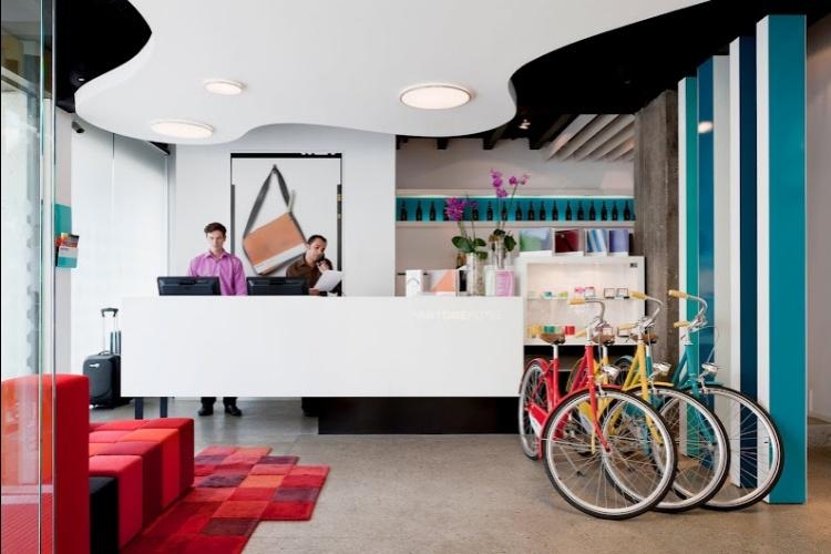 A recepção do hotel belga, fundado em 2010 e projetado pelo arquiteto Olivier Hannaert. Os interiores, decorados com elementos coloridos, foram desenhados pelo designer Michel Penneman