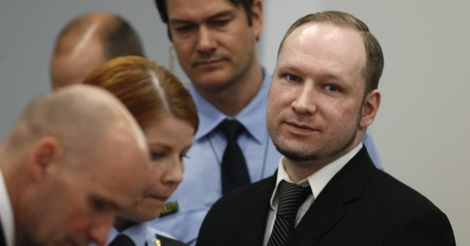 Anders Breivik, autor do massacre de julho de 2011 na Noruega, chega &#224; corte da capital, Oslo, para o quarto dia de seu julgamento. Diferentemente dos outros dias do j&#250;ri, o assassino confesso n&#227;o fez sua sauda&#231;&#227;o de extrema direita ao chegar ao tribunal, devido a reclama&#231;&#245;es de parentes das v&#237;timas