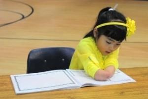 Annie Clark nasceu sem as mãos e ganhou um concurso de caligrafia nos EUA