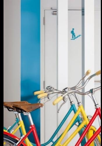 Bicicletas em diversas tonalidades, disponíveis para uso dos hóspedes do hotel belga da Pantone, empresa que, em 1963, desenvolveu o popular sistema de cores que identifica os matizes por números específicos