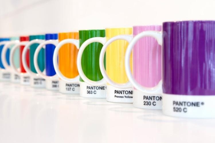 Canecas coloridas com suas tonalidades designadas por números de acordo com o sistema de cores Pantone, que dá nome ao hotel -- a empresa que criou a paleta, em 1963, é a proprietária do local