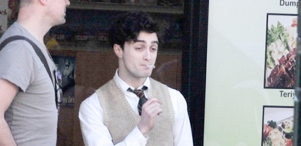 Com cabelo encaracolado e fumando, Daniel Radcliffe interpreta o poeta Allen Ginsberg (17/4/12)