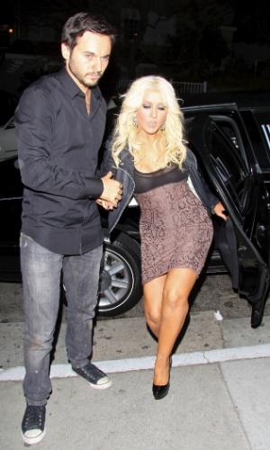 Com vestido justo, Christina Aguilera tem dificuldade para descer do carro. A cantora estava acompanhada pelo namorado Matthew Rutler e eles jantaram no restaurante Craig's em West Hollywood, na Califórnia (17/4/12)
