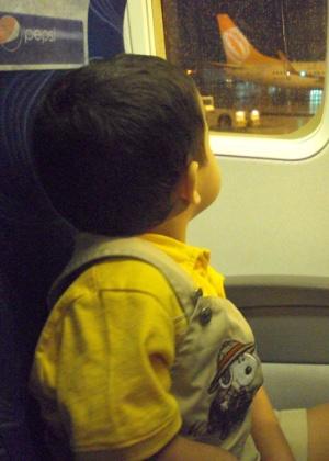Criança passa por entrevista para poder embarcar em voo sem a documentação