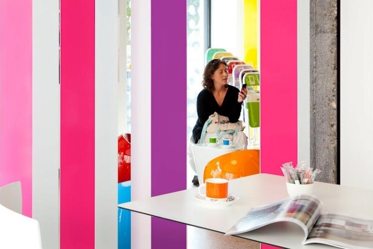 Decoração da área comum do hotel em Bruxelas com móveis coloridos nas matizes da cartela Pantone, dona do empreendimento
