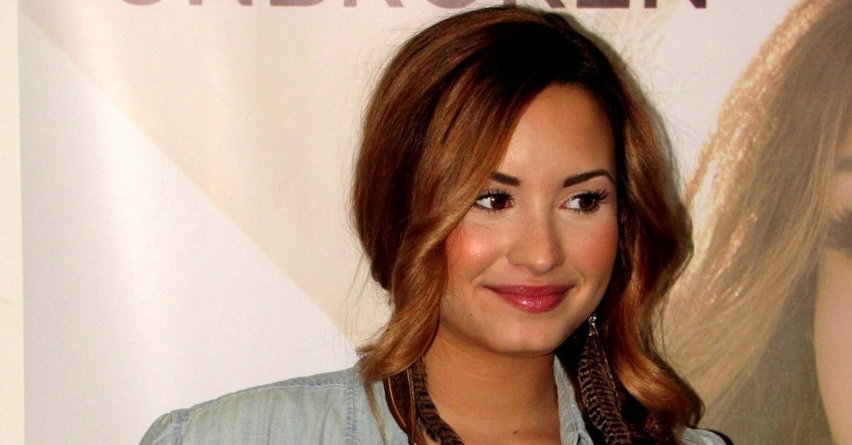 Demi Lovato dá entrevistas e posa para fotos antes de se apresentar no Rio de Janeiro nesta quinta-feira (19/4/12)