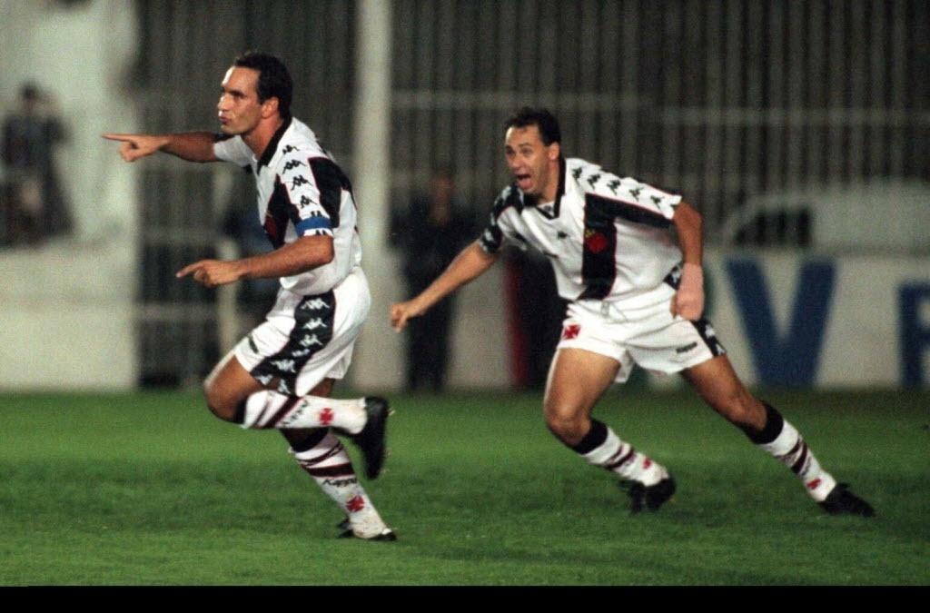 Edmundo e Evair celebram gol do Vasco diante do Palmeiras, em São Januário (1997)