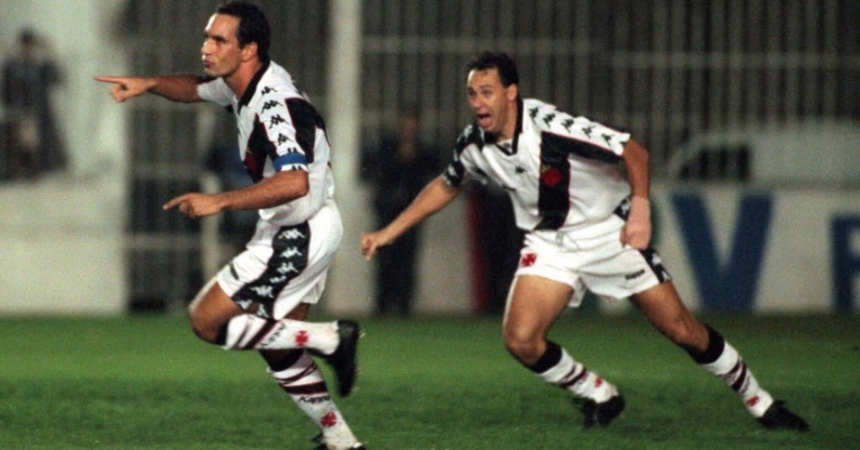 Edmundo e Evair celebram gol do Vasco diante do Palmeiras, em So Janurio (1997)