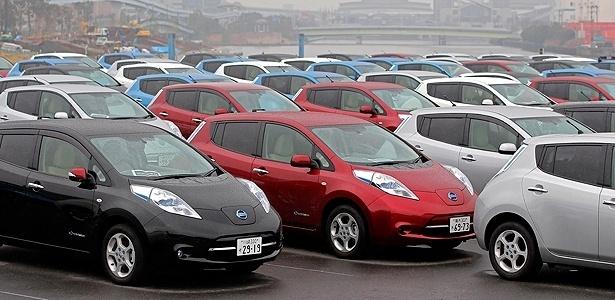 Exemplares do elétrico Nissan Leaf em evento para novos proprietários do modelo, no Japão