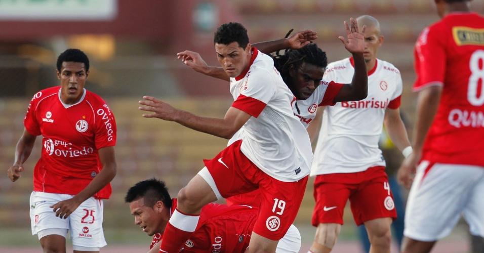 Gilberto e Tinga brigam pela bola no jogo entre Internacional e Juan Aurich (19/04/12)