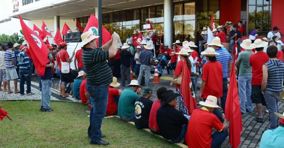Integrantes do MST protestam nesta quinta-feira (19) em frente a prédio do governo de Santa Catarina, em Florianópolis. Os manifestantes querem uma reunião com o governador Raimundo Colombo