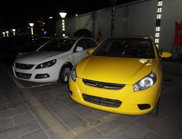 Em primeiro plano, J3 estacionado em pátio de unidade da JAC na China. Brasil deve contar três novidades ligadas ao modelo nos próximos meses: motor flex, versão Sport e novo visual