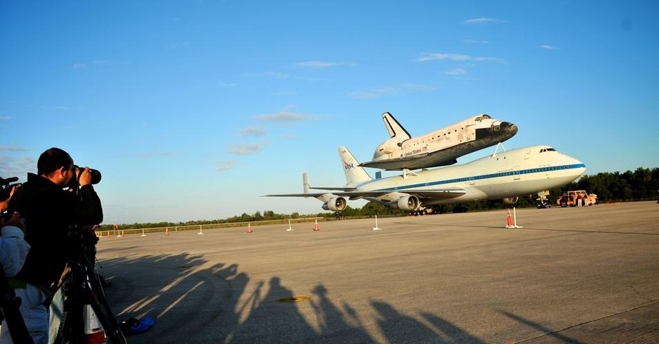 Jornalistas registram imagens do ônibus espacial Discovery