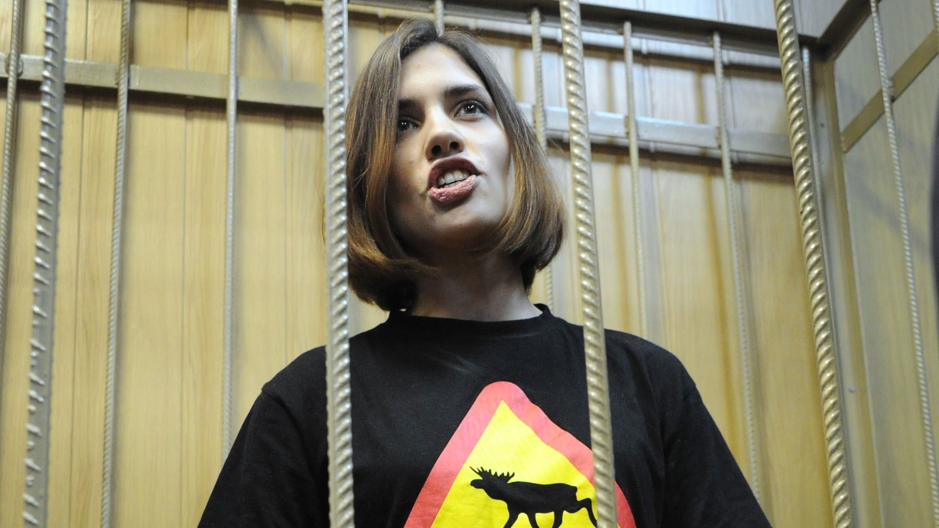 Nadezhda Tolokonnikova, da banda punk feminina Pussy Riot, aguarda julgamento em corte de Moscou