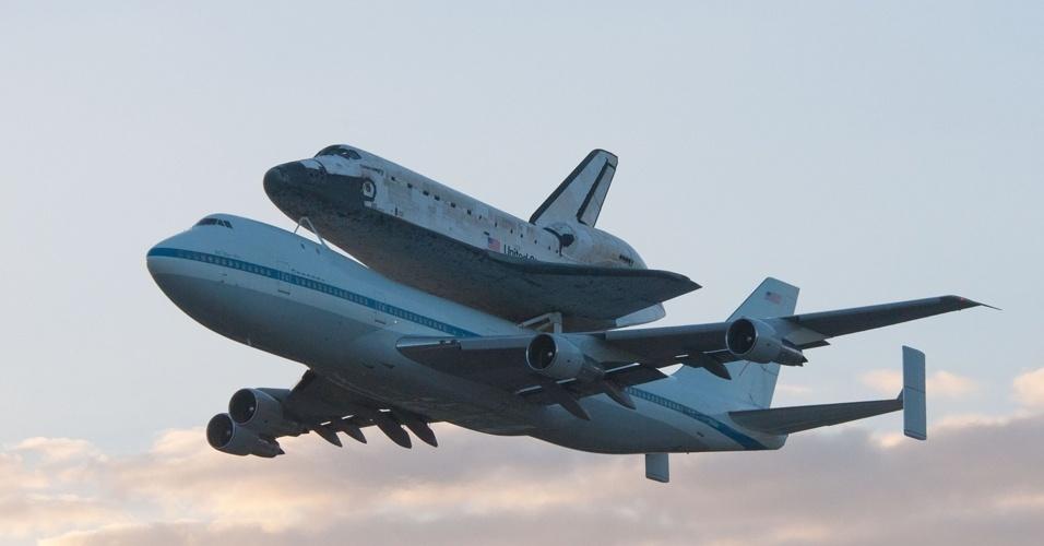 O avião 747 modificado da Nasa leva o ônibus espacial Discovery