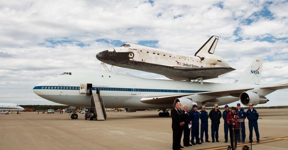 O avião 747 modificado da Nasa pousa com o ônibus espacial Discovery acoplado
